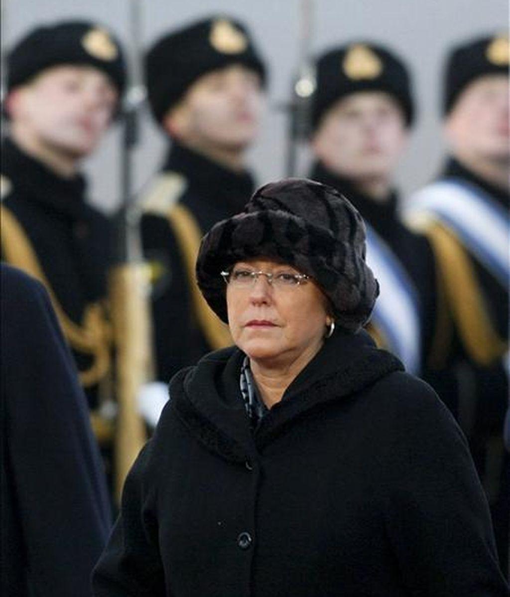 La presidenta de Chile, Michelle Bachelet, pasa revista a la guardia de honor a su llegada al aeropuerto de Vnukovo en Moscú (Rusia), ayer 2 de abril. EFE