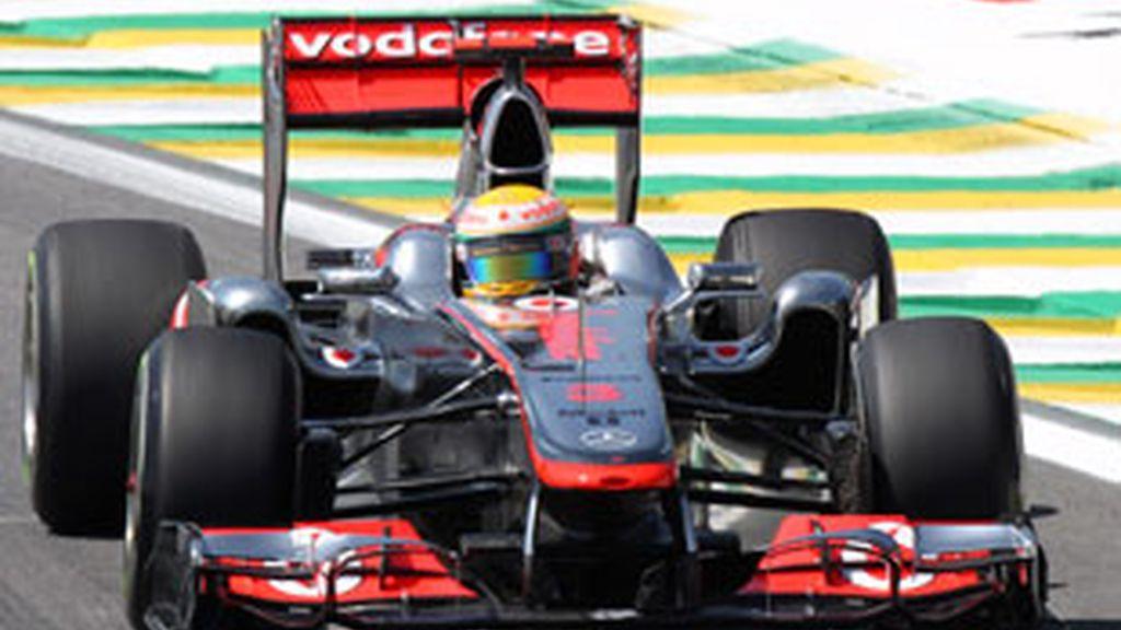 El piloto británico Lewis Hamilton (McLaren-Mercedes) ha dominado la primera jornada de entrenamientos libres para el Gran Premio de Brasil. FOTO: Reuters