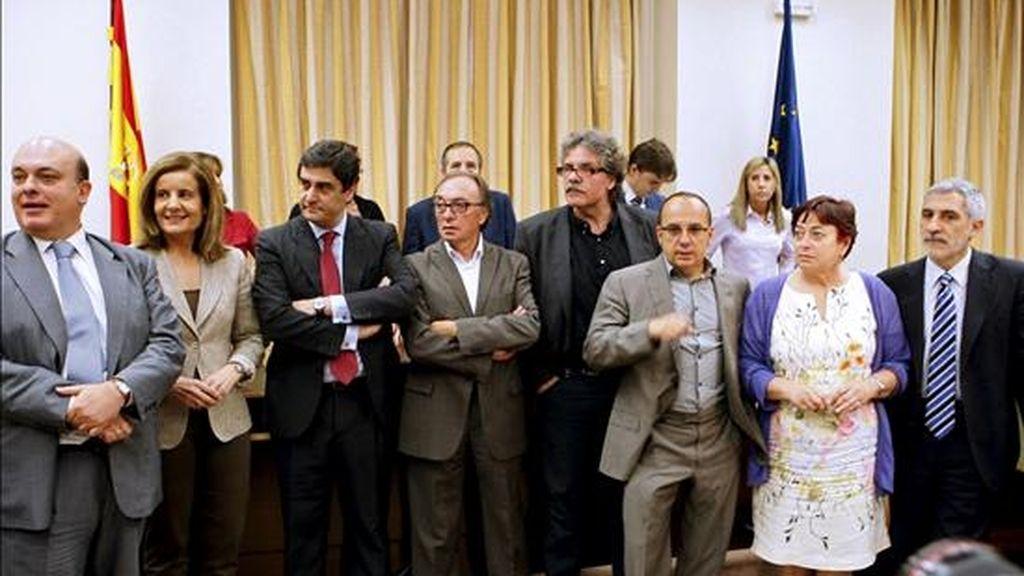 Representantes de los partidos políticos, antes del inicio de la reunión de la Comisión de Trabajo del Congreso en la que se debaten las enmiendas a la reforma laboral, hoy en la Cámara baja. EFE