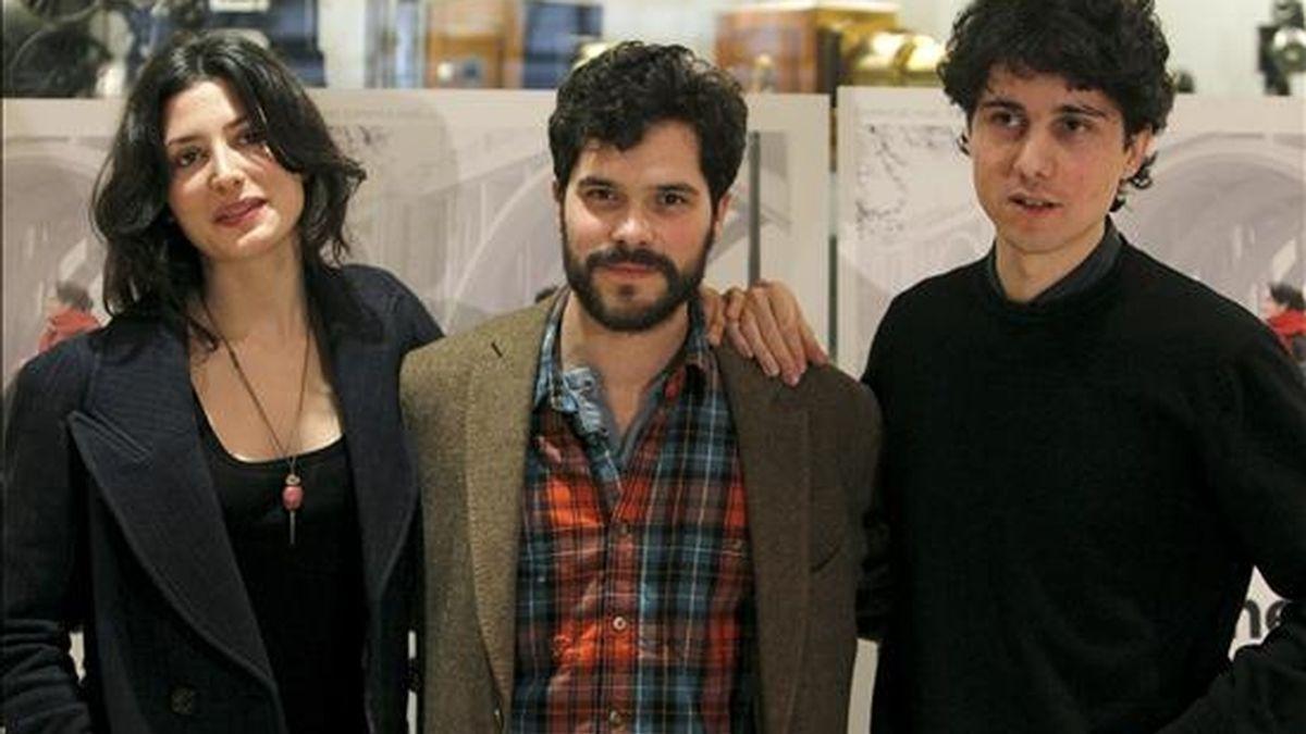 """El cineasta Jonás Trueba (dcha), junto a los actores Bárbara Lennie y Oriol Vila, durante la presentación de la película """"Todas las canciones hablan de mí"""". EFE"""