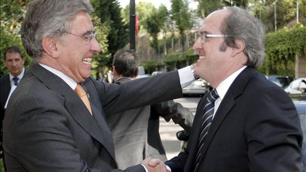El ministro de Educación, Ángel Gabilondo (d), saluda a Juan A. Gimeno, que hoy fue investido en Madrid nuevo rector de la Universidad Nacional de Educación a Distancia (UNED). EFE