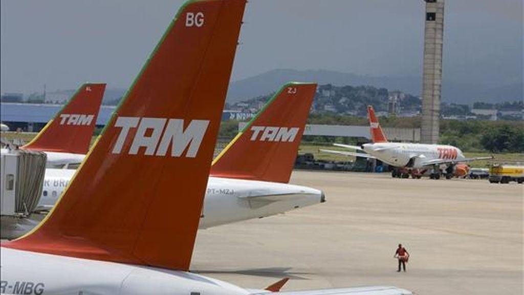 TAM informó que mantendrá sus inversiones previstas de 6.900 millones de dólares para ampliar su flota hasta 2018 y para aumentar la oferta de plazas un 8% en vuelos locales y un 20% en los internacionales este año. EFE/Archivo