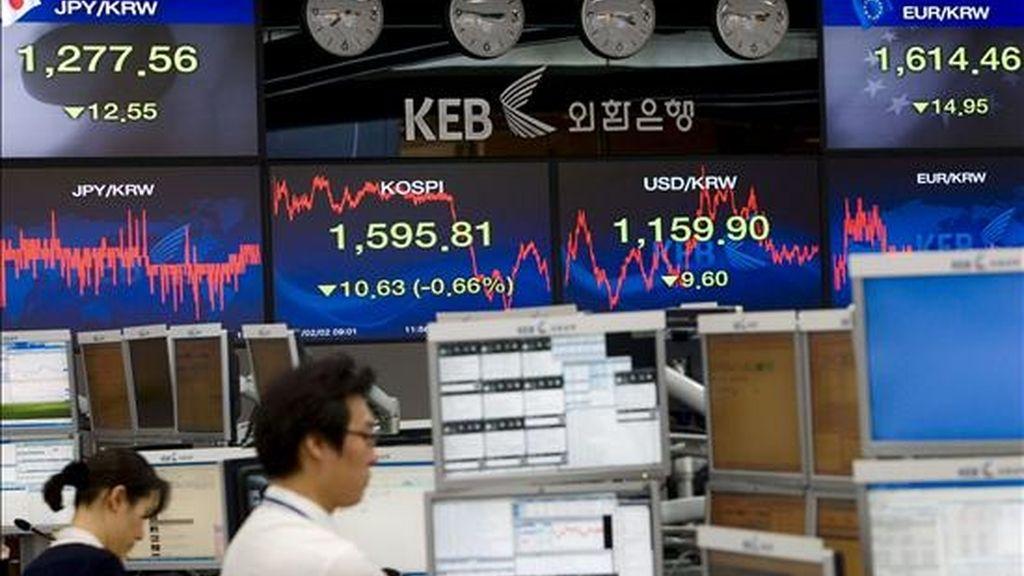 Agentes trabajan en el parqué de Seúl (Corea del Sur). EFE/Archivo