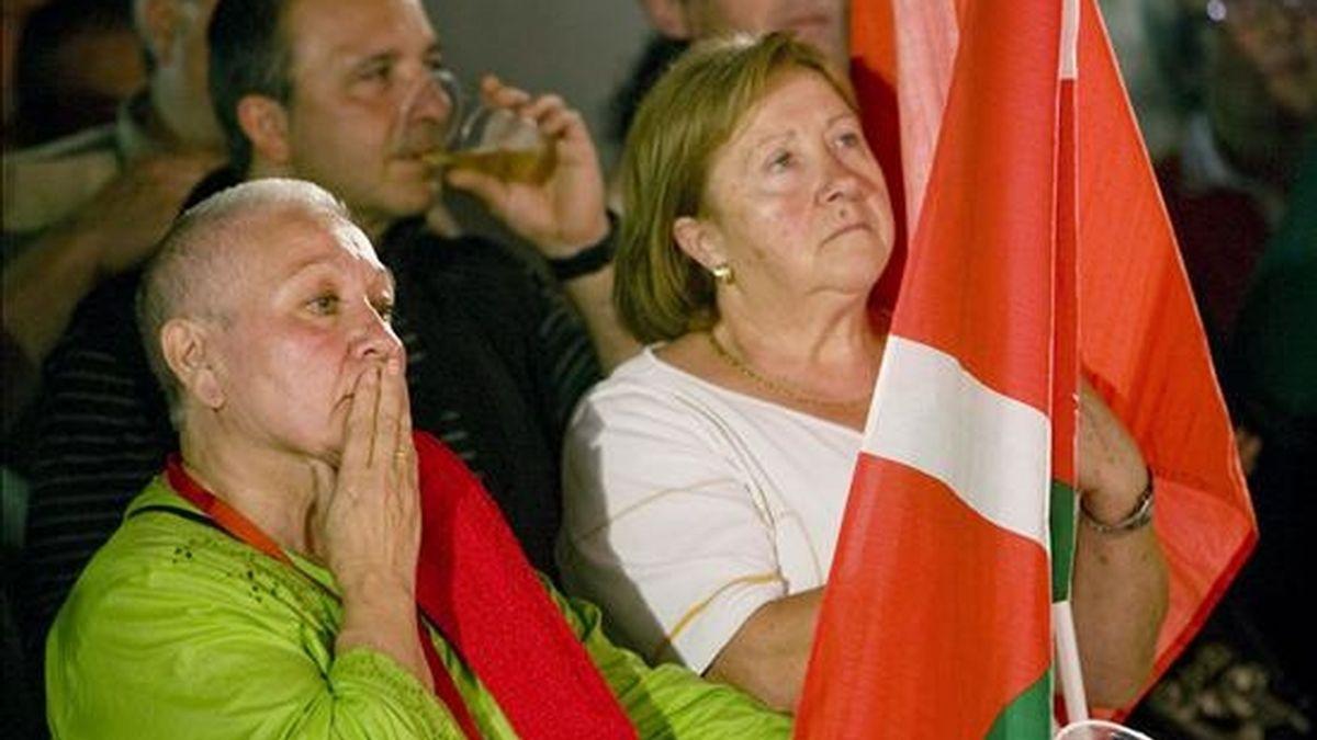 Militantes y simpatizantes de la izquierda abertzale, escuchan la intervención del dirigente abertzale, Arnaldo Otegi, tras conocer los resultados de las elecciones europeas. EFE