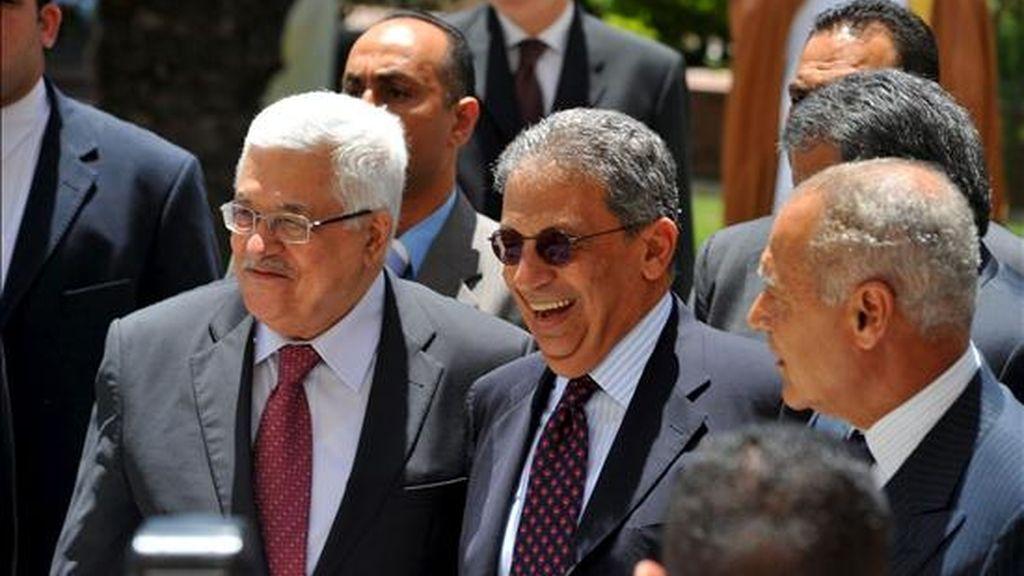 (i-d) El presidente palestino, Mahmud Abás; el secretario general de la Liga Árabe, Amro Musa, y el ministro de Asuntos Exteriores egipcio, Ahmed Abul Gheit, durante una reunión en la sede de la Liga Árabe, en El Cairo, este jueves. EFE