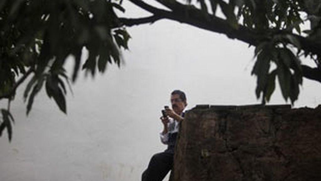 Manuel Zelaya consulta su móvil en los alrededores de la embajada de Brasil. Foto: Reuters