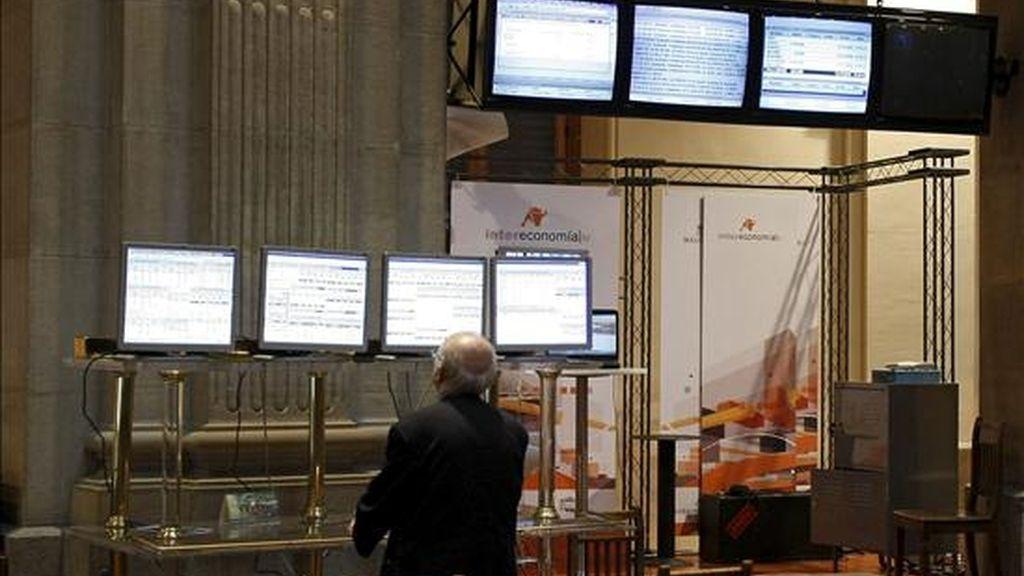 Un operador observa el movimiento del principal indicador de la Bolsa española, el Ibex-35. EFE/Archivo