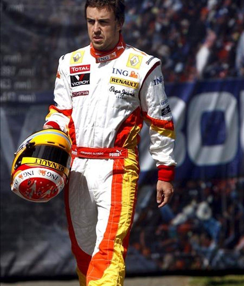 El piloto español de Fórmula Uno Fernando Alonso, de la escudería Renault, pasea por el padock del circuito de Albert Park en Melbourne, Australia. EFE