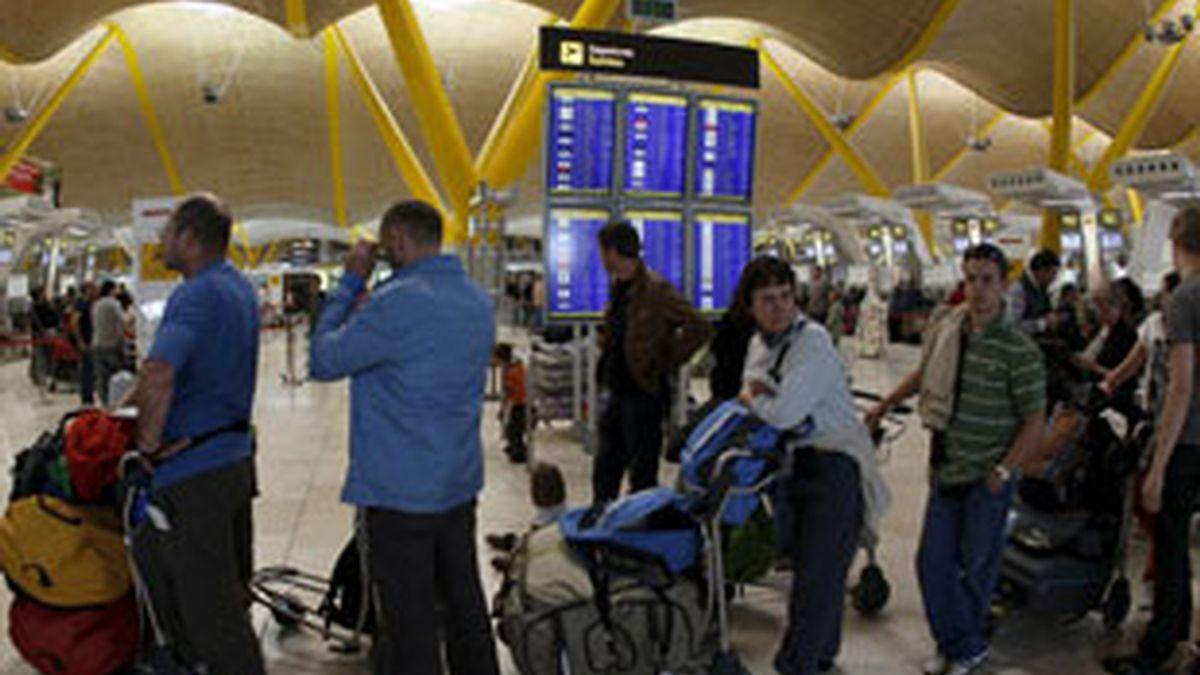 En el aeropuerto madrileño de Barajas ya no hay colas enormes. Vídeo: Informativos Telecinco