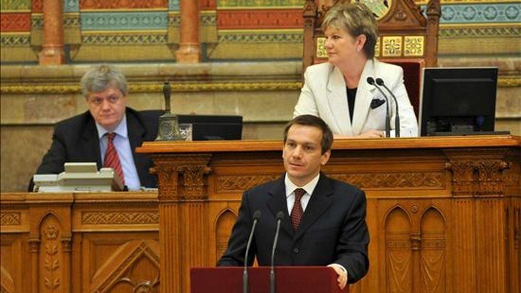El candidato a primer ministro y hasta ahora ministro Economía húngaro, Gordon Bajnai, se pronuncia durante la sesión del Parlamento previa a la votación de la moción de censura. EFE