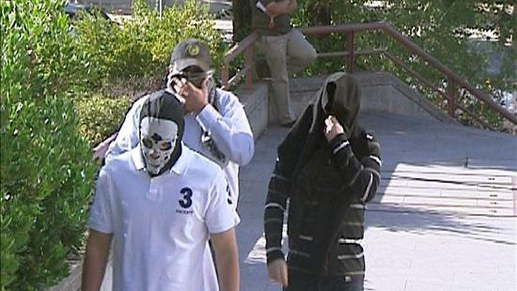 """Tres de los quince acusados de pertenecer al grupo neonazi """"Hammerskin-España"""" a su llegada a la Audiencia Provincial de Madrid, donde se ha celebrado el juicio en el que el fiscal pide penas que oscilan entre los tres y seis años de cárcel por los delitos de asociación ilícita y tenencia ilícita de armas. EFE/EFETV"""