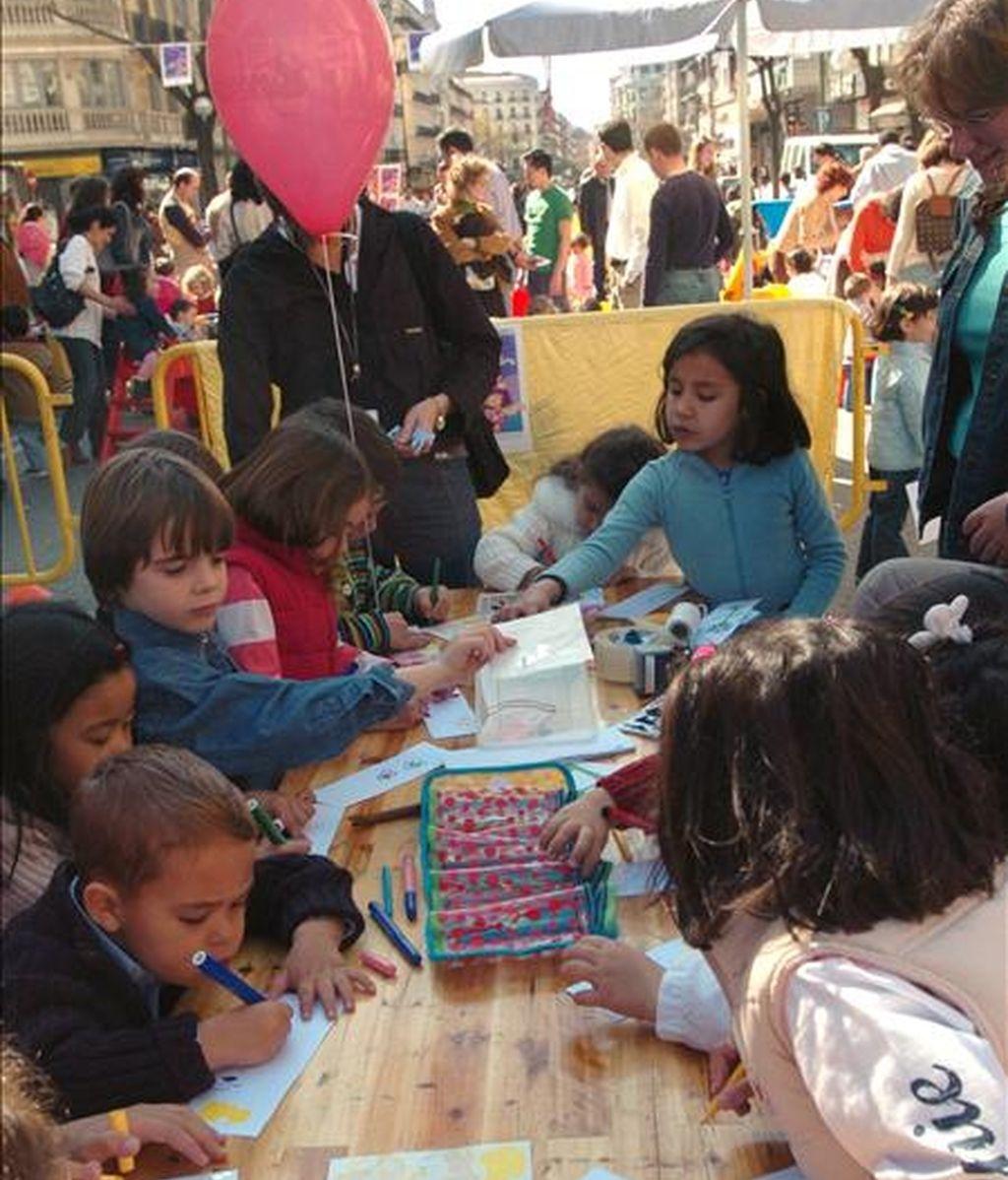 Un grupo de niños participa en las actividades lúdicas preparadas por la primera Feria del Libro Infantil organizada en el distrito madrileño de Chamberí con el objetivo prioritario de fomentar la lectura. EFE/Archivo