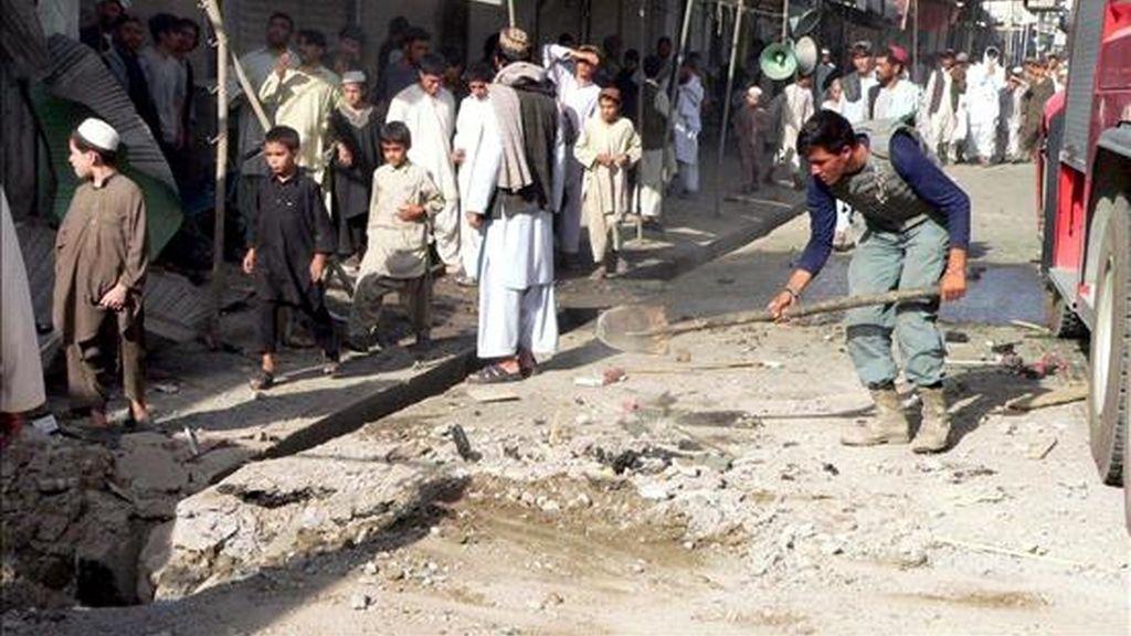 Policías afganos inspeccionando el lugar donde tuvo lugar un atentado suicida el pasado día 20 en la  provincia meridional afgana de Kandahar. EFE