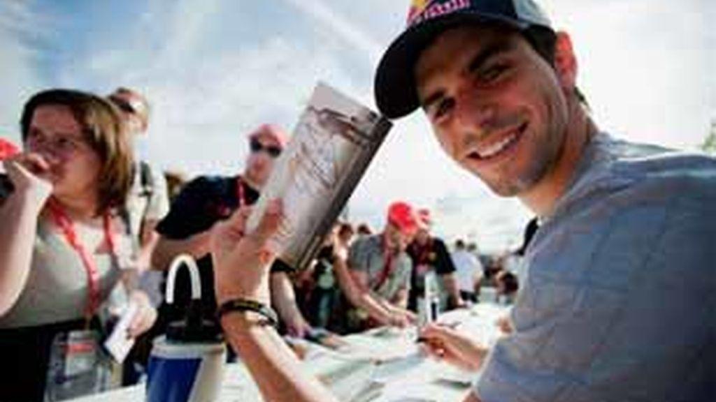 Alguersuari seguirá firmando autógrafos. Foto: Agencias.