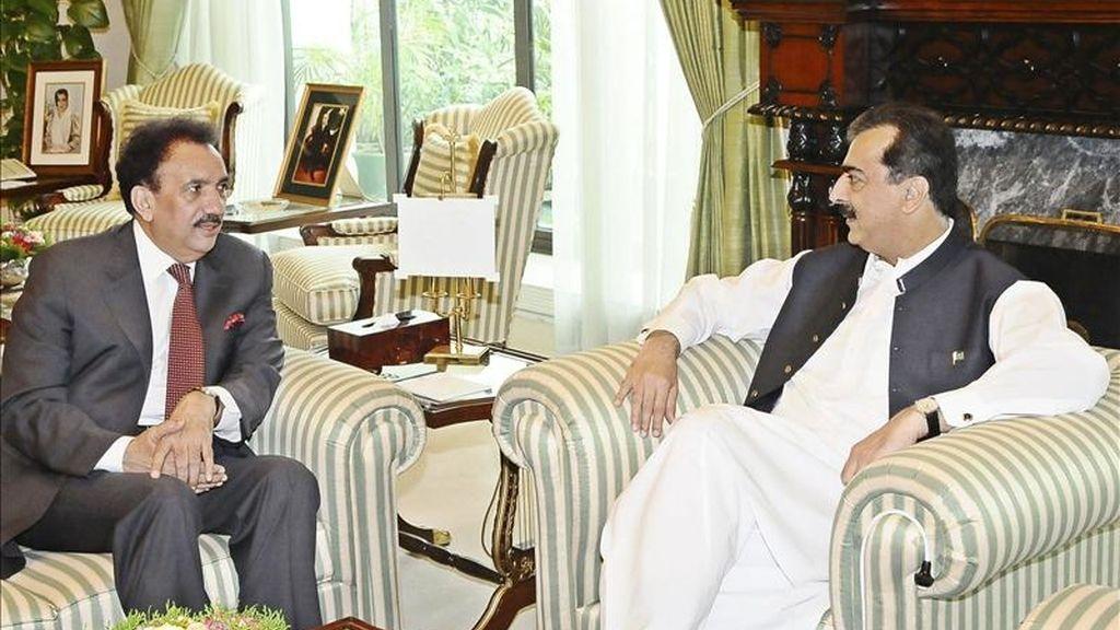 Fotografía facilitada por el departamento de prensa del gobierno paquistaní que muestra al primer ministro paquistaní, Yusuf Razá Guilani (d), durante el encuentro que mantuvo con el ministro del Interior, Rehman Malik, en Islamabad, Pakistán. EFE