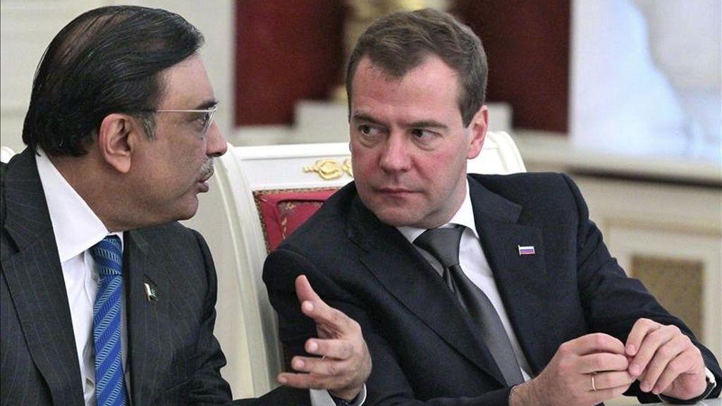 El presidente ruso, Dmitri Medvédev (dcha), conversa con su homólogo paquistaní, Asif Alí Zardari, durante su encuentro en el Kremlin, en Moscú (Rusia). EFE/Mikhail Klimentyev