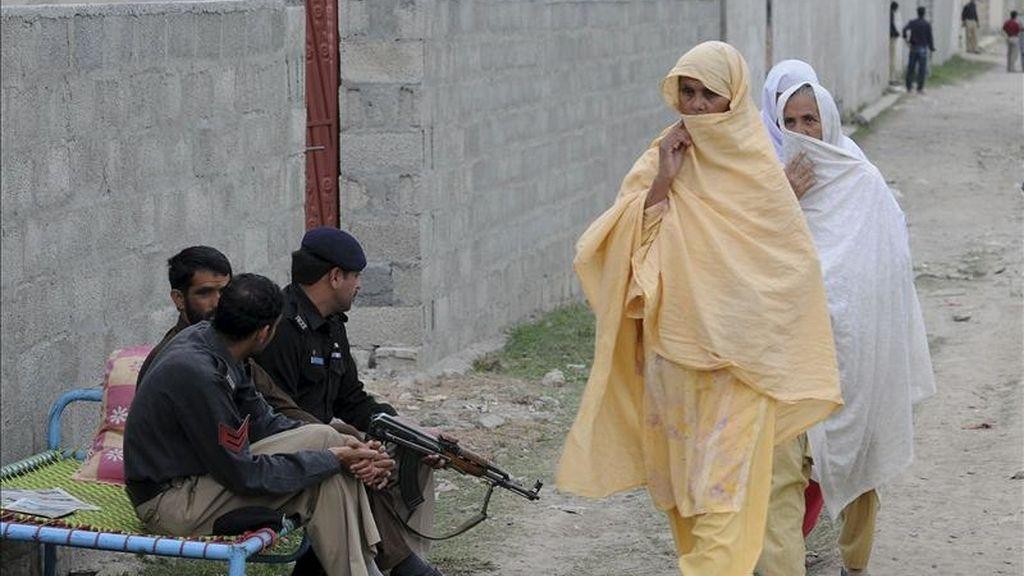 Miembros de las fuerzas de seguridad de Pakistán vigilan el exterior de la casa de la localidad paquistaní de Abbottabad, Pakistán, donde el lunes murió Osama Bin Laden. EFE