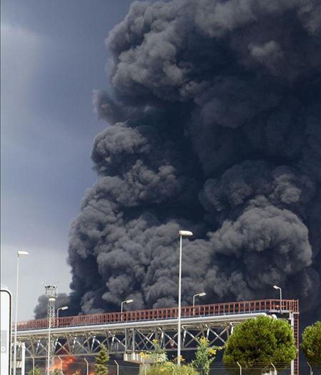 Incendio de La refinería La Rábida, que el grupo Cepsa tiene en Palos de la Frontera, en el que han resultado heridos tres operarios. EFE