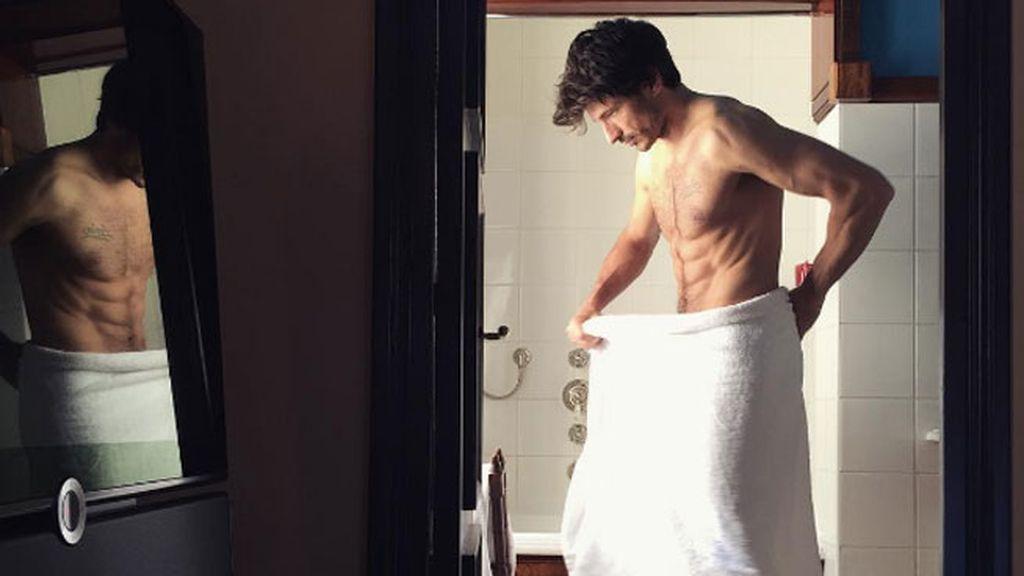 7. Juega con la toalla como si nadie te viera