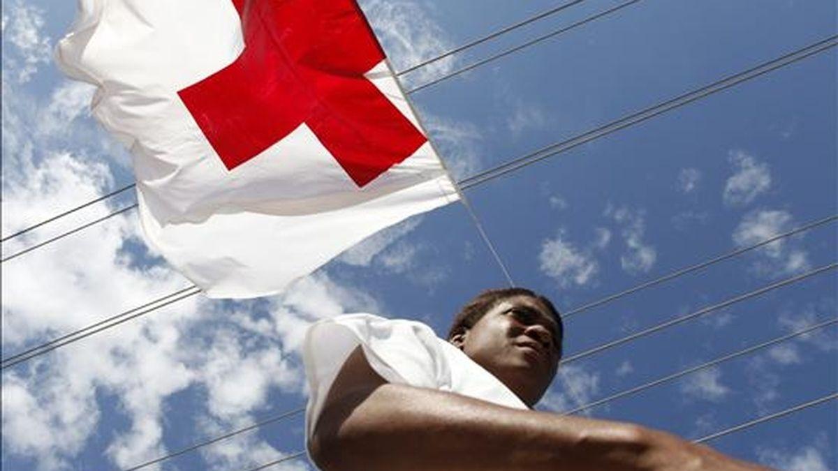 Una mujer camina bajo una bandera de la Cruz Roja el 27 de enero de 2010 en el Hospital de la Paz, en Puerto Príncipe (Haití). EFE/Archivo