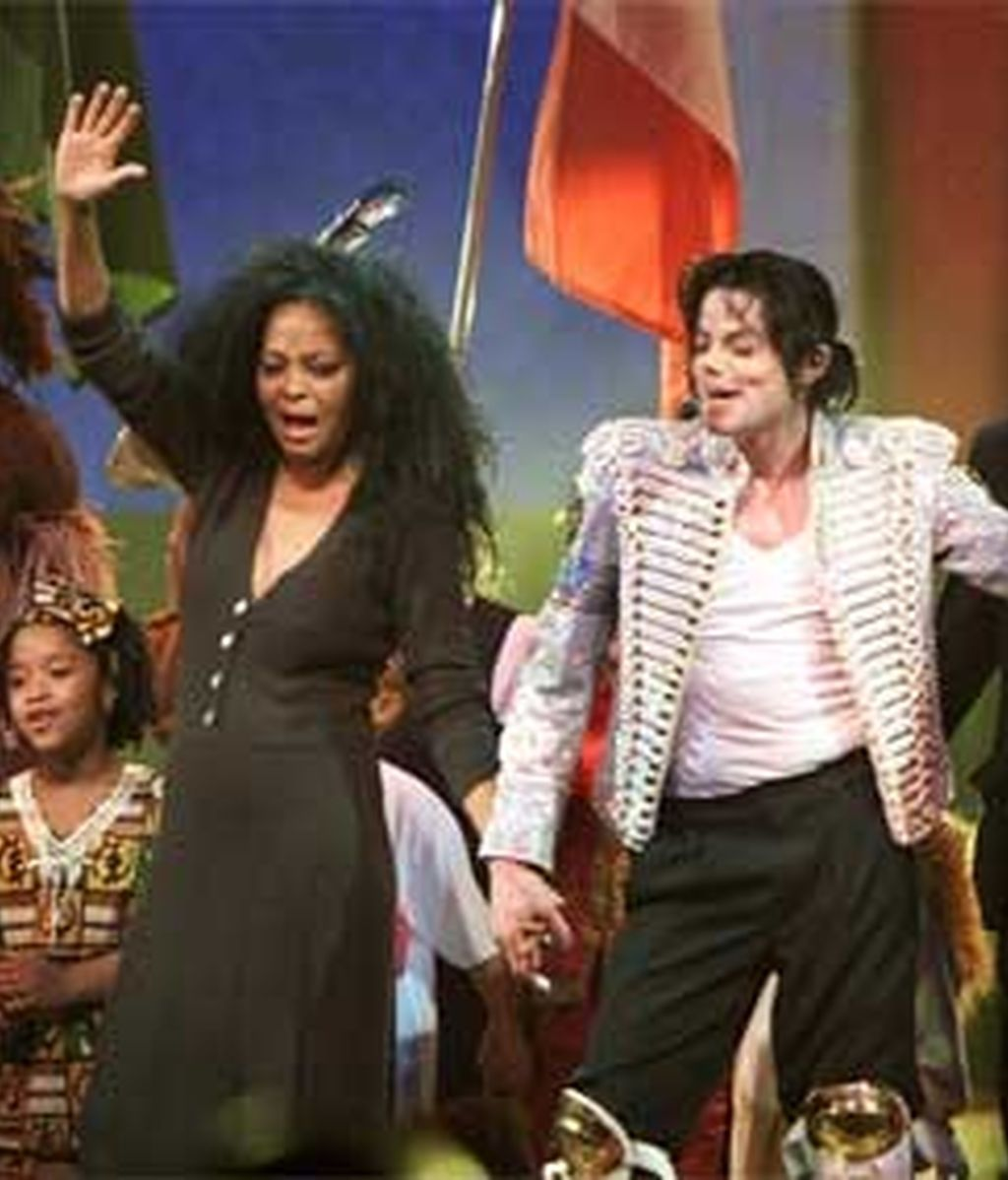 Michael Jackson actuó junto a Diana Ross en el espectáculo 'A Night At The Apollo' en 2002. Foto: Reuters.