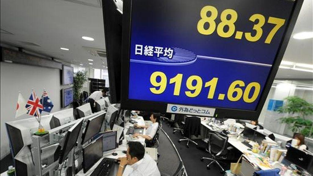 La pantalla de una oficina del centro de Tokio muestra los datos de la bolsa en el centro de la capital japonesa. EFE/Archivo