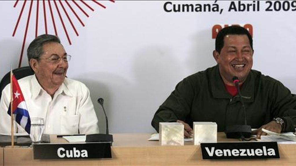 El presidente venezolano, Hugo Chávez (d), sonríe junto a su homólogo de Cuba, Raúl Castro (i),  durante el segundo día de sesión de la VII Cumbre de la Alternativa Bolivariana para los Pueblos de Nuestra América (ALBA) en Cumaná (Venezuela). EFE