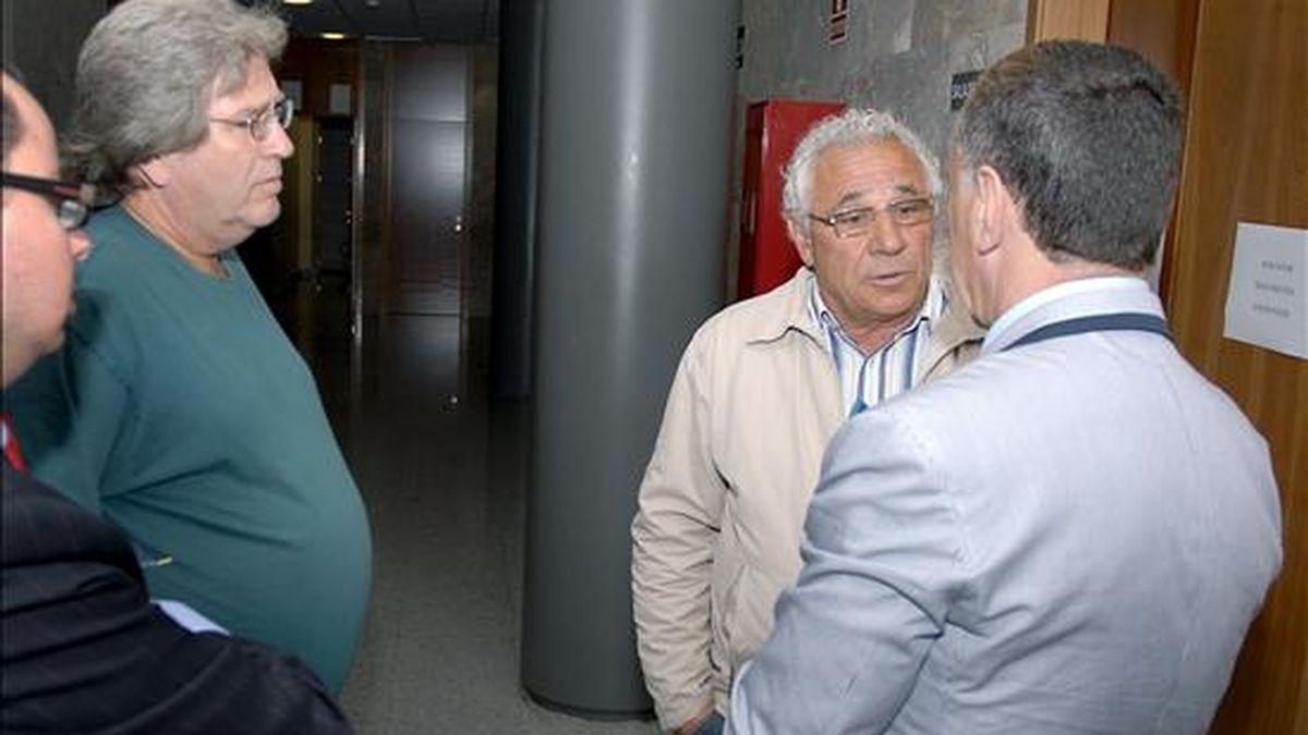 Los rejoneadores José Antonio C.A. (i) y Manuel B. (2d), acusados de la muerte de seis caballos de la familia Domecq, ocurrida en junio de 2001 en Ocaña (Toledo), conversan con el abogado de ambos, Marcos García Montes, a su salida del juicio previsto hoy en Toledo, que ha sido suspendido por tercera vez por la ausencia de un testigo de la defensa. EFE