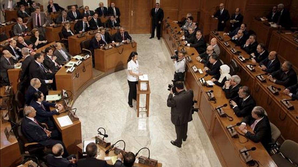 La parlamentaria Nayla Tueni vota durante la elección del presidente del Parlamento libanés. EFE