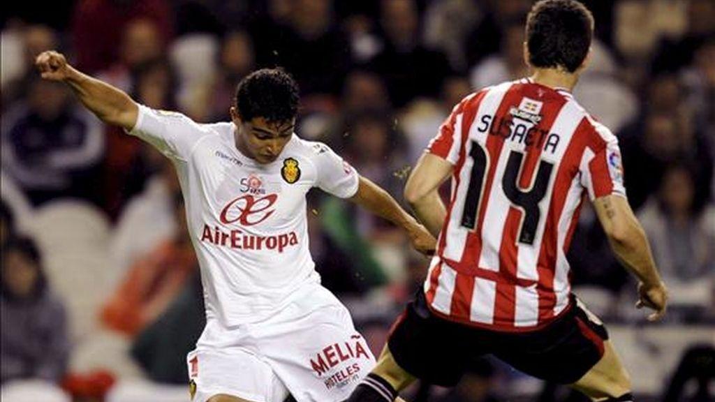 El centrocampista del RCD Mallorca, Gonzalo Castro (i), controla el balón ante el centrocampista del Athletic de Bilbao, Markel Susaeta, durante el partido, correspondiente a la jornada trigésimo quinta de la Liga. EFE/Archivo