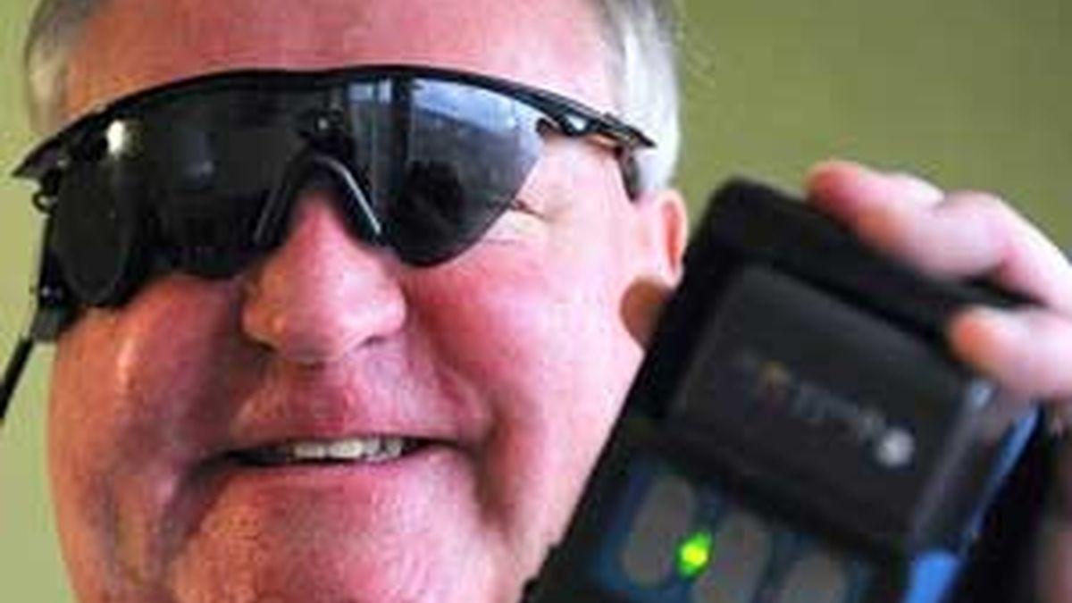 Peter Lane muestra su 'ojo biónico', formado por unas gafas y un mecanismo de receptores y transmisores. Foto: The Daily Mail