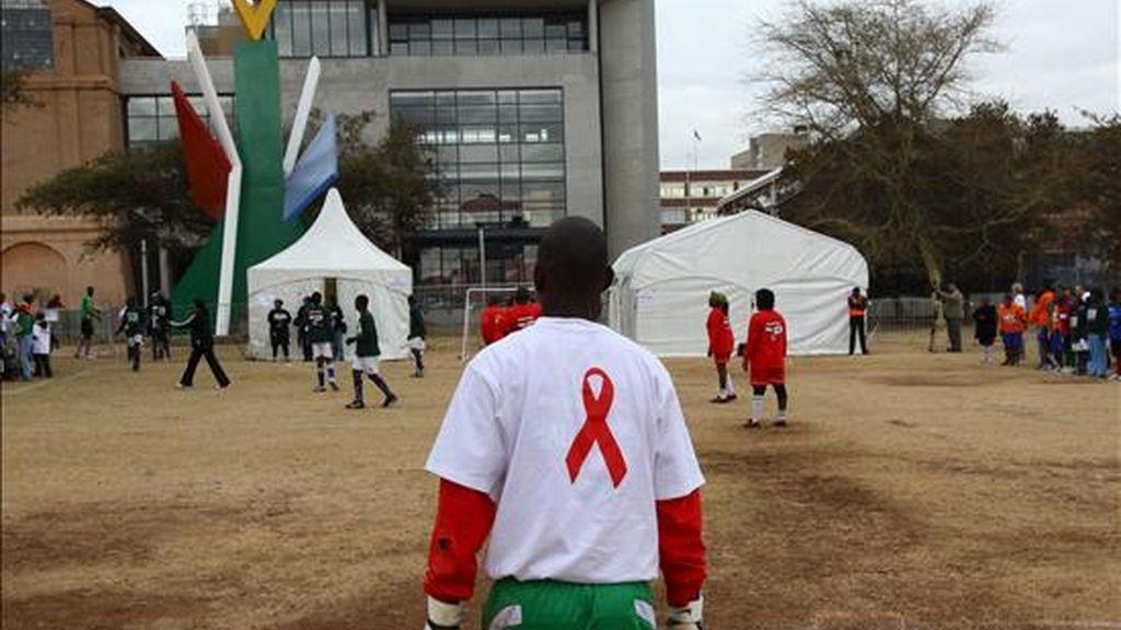 Un jugador de fútbol seropositivo vigila su portería mientras participa en un torneo organizado el pasado mes de julio por Médicos Sin Fronteras, en el centro de Johannesburgo (Sudáfrica), para protestar contra la caída de donaciones de la comunidad internacional para la lucha contra el sida. EFE/Archivo
