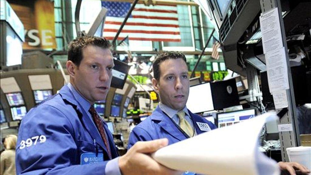 El índice Dow Jones de Industriales cerró este lunes con un alza del 2,6%, impulsado por datos positivos relativos a la economía de Estados Unidos. EFE/Archivo
