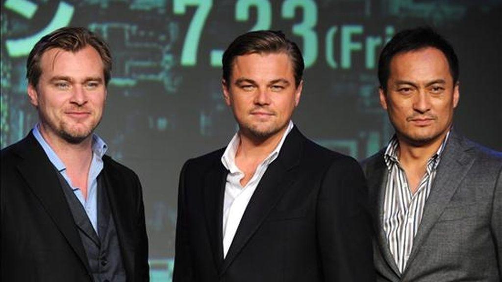 """El director británicoestadounidense Christopher Nolan (i), el actor Leonardo DiCaprio (c) y el japonés Ken Watanabe (d) posan hoy, durante una rueda de prensa para promocionar la película """"Inception"""" en Tokio (Japón). EFE"""