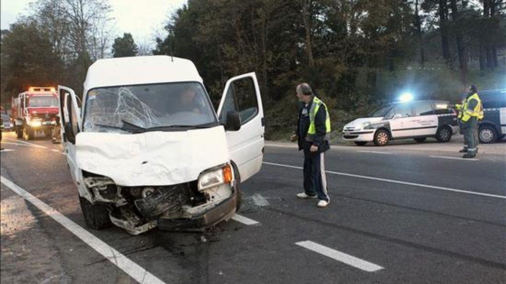 Tres personas resultaron heridas el sábado por la noche, dos de ellas de gravedad, al derrapar un vehículo en la carretera de Redondela a Porriño y colisionar contra una furgoneta que circulaba en dirección contraria. En la foto, estado en que quedó la furgoneta. EFE