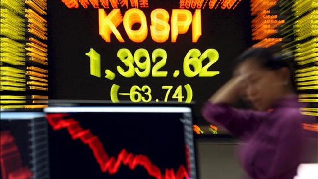 Un tablero electrónico muestra el índice KOSPI de la Bolsa de Valores de Seúl. EFE/Archivo