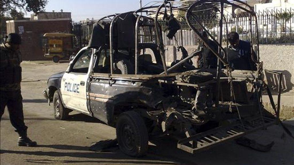 Oficiales de la policía inspeccionan un vehículo policial dañado tras el atentado suicida que se produjo hoy en el distrito noroccidental paquistaní de Bannu. Al menos seis personas murieron y 19 resultaron heridas en el ataque suicida perpetrado contra un furgón policial. EFE