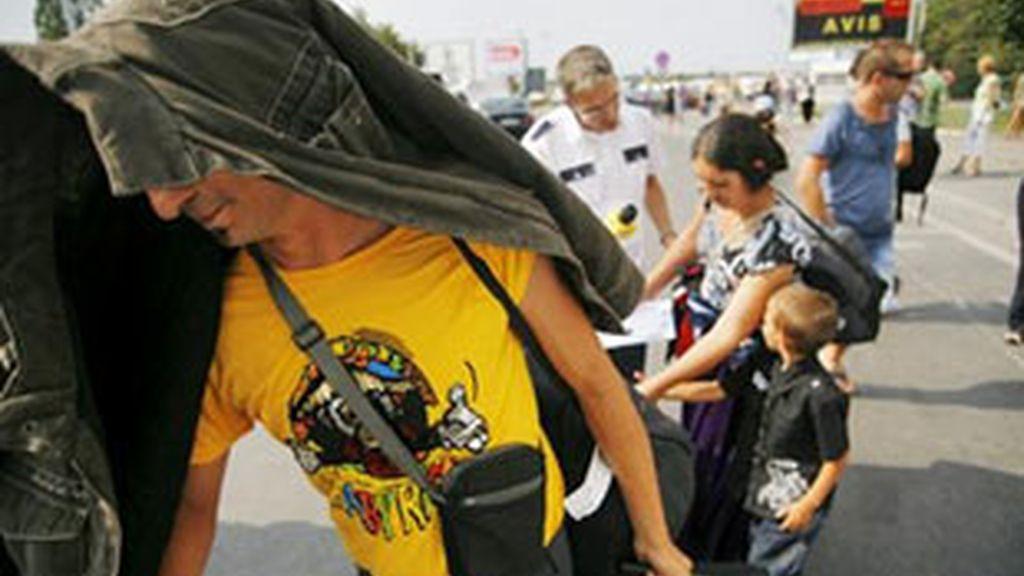 Una familia rumana deportada este verano a su llegada a Bucarest. Foto: EFE
