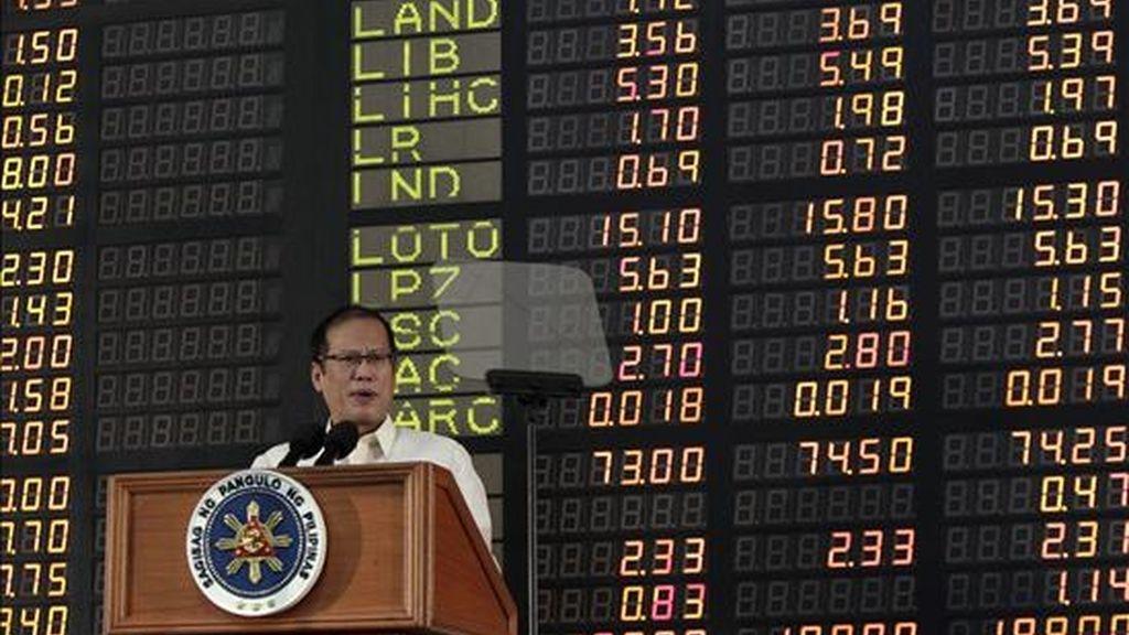 El presidente filipino, Benigno Aquino III, habla frente al tablero electrónico de la Bolsa de Valores de Filipinas. EFE/Archivo