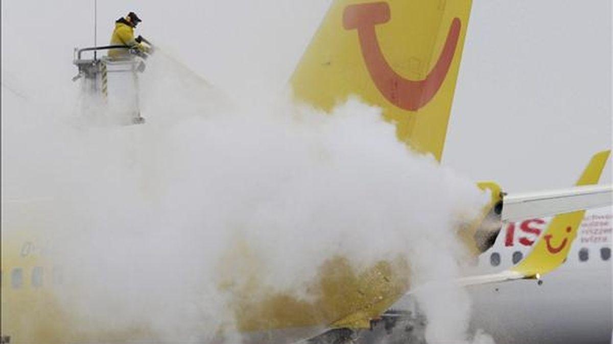 Un operario retira nieve acumulada en el fuselaje de un avión de la compañía TUI en el aeropuerto de Hamburgo (Alemania) hoy, 3 de diciembre de 2010. Varios países europeos sufren el paso de una ola de frío polar con nieve y temperaturas bajo cero y los meteorólogos prevén que el tiempo empeore durante el próximo fin de semana. EFE
