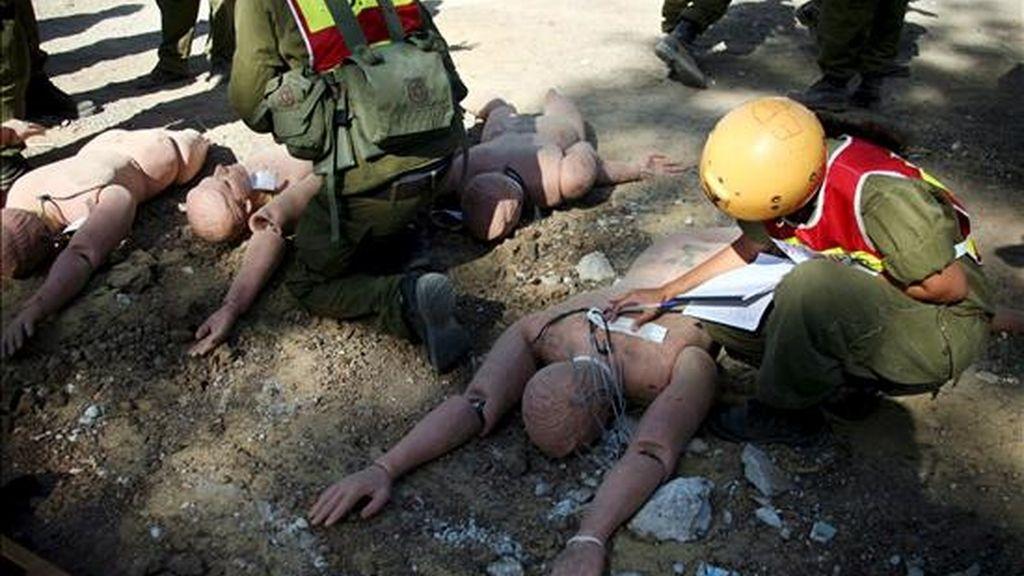 Personal de los servicios de emergencia y rescate de Israel, durante el ejercicio de defensa civil realizado hoy. EFE