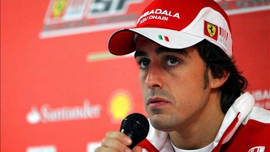 El piloto español Fernando Alonso del equipo Renault F1 comparece ante los medios durante una rueda de prensa celebrada en el circuito de Hockenheim, (Alemania). A partir del 25 de julio de 2010 este circuito acogerá el Gran Premio de F1 de Alemania. EFE