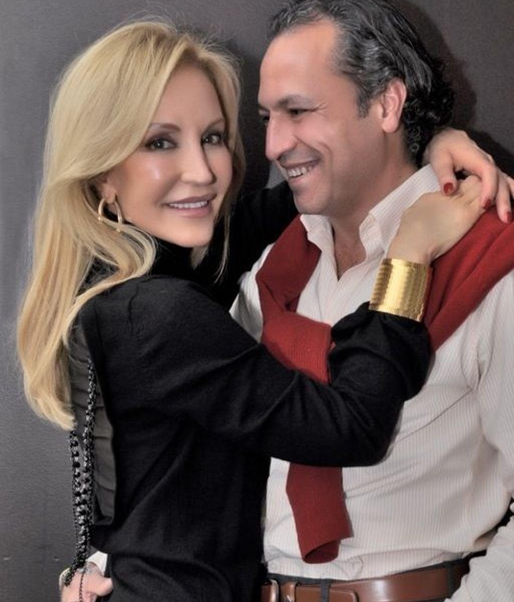 La pareja posa muy acaramelada ante la cámara