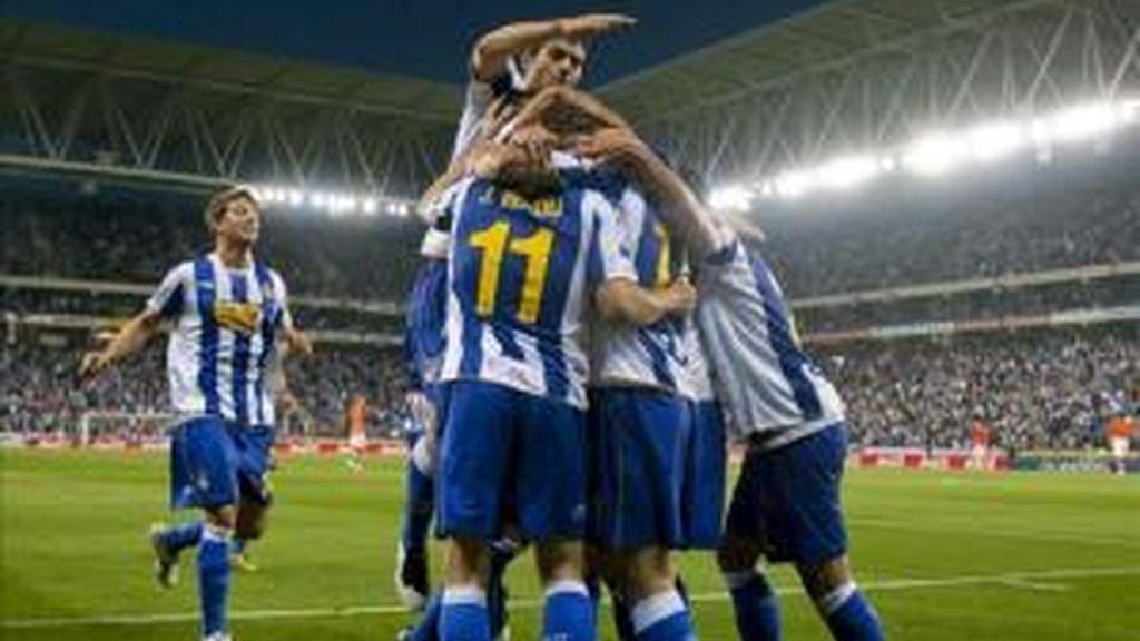 Los jugadores del RCD Espanyol celebran el gol marcado por su compañero, el delantero italiano Dani Osvaldo, al Valencia durante el partido, correspondiente a la trigésima sexta jornada de Liga de Primera División que ambos equipos disputaron en el estadio Cornellá-El Prat de Barcelona. EFE