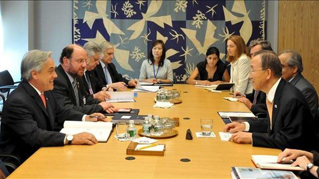 El presidente de Chile, Sebastián Piñera (izda), se reúne con el secretario general de la ONU, Ban Ki-moon (dcha), en el marco de la Cumbre de la ONU para revisar los Objetivos de Desarrollo del Milenio, en la sede de la ONU en Nueva York (Estados Unidos). EFE/Archivo