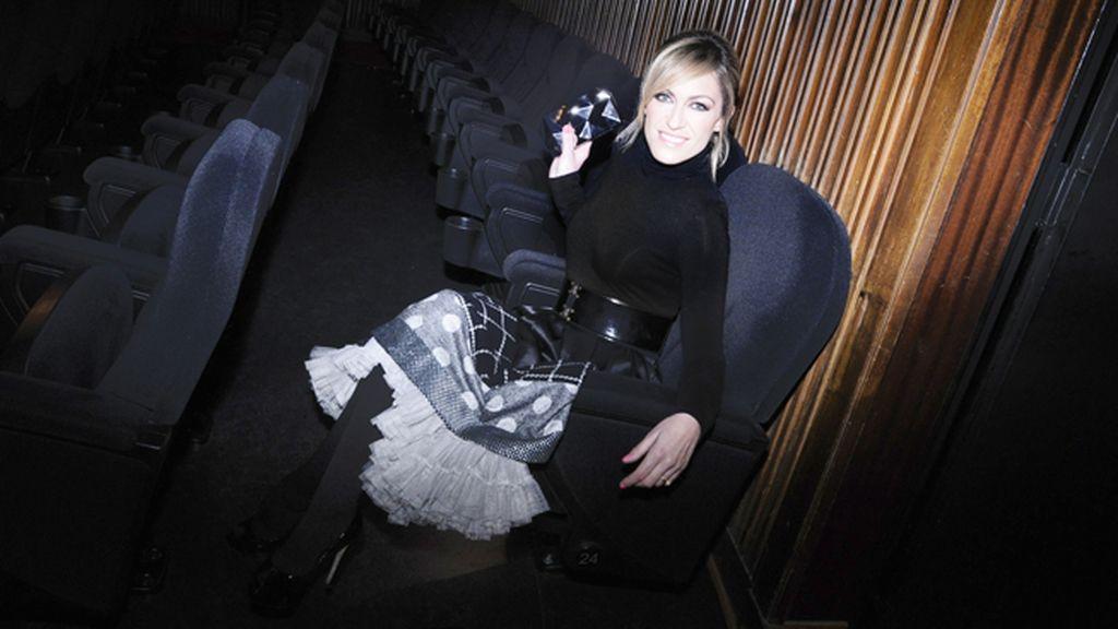 Luján Argüelles en el interior del cine vestida de Eugenio Loarce