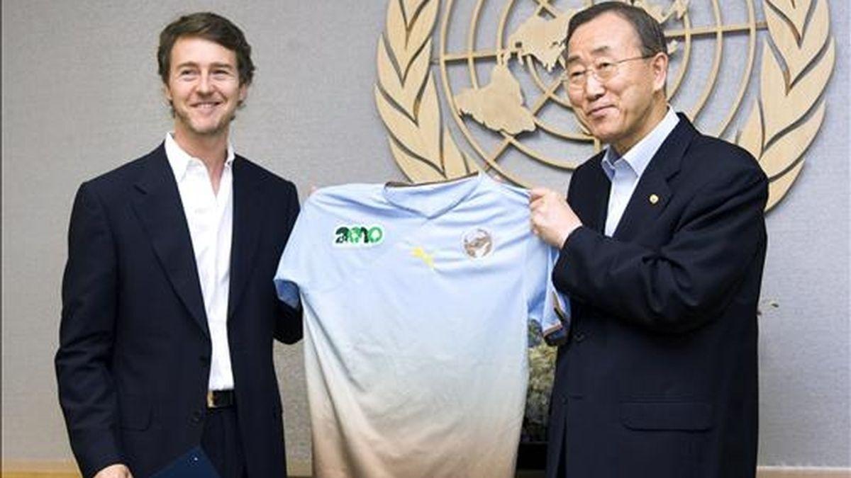 """El secretario general de la ONU, Ban Ki-moon (d), posa este 8 de julio junto al actor estadounidense Edward Norton (i), mostrando una camiseta con el logo de """"2010: Año internacional de la Biodiversidad"""". EFE"""