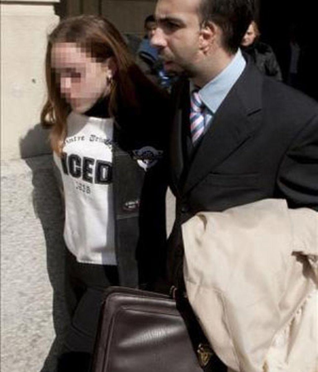 La menor Rocío Perez Gómez, ex novia de Carcaño, acompañada por su abogado tras testificar el pasado mes de marzo en los juzgados de Sevilla. EFE/Archivo