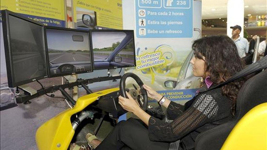 """Una joven prueba el simulador con el que el RACE y la asociación de fabricantes de bebidas ANFABRA intentan concienciar sobre la incidencia en la conducción de la fatiga, cuarta causa de siniestralidad con víctimas mortales en las carreteras españolas. Con este objetivo, el RACE y ANFABRA han puesto en marcha la campaña """"Un refresco, tu mejor combustible"""", que hoy se ha presentado en Valladolid. EFE"""