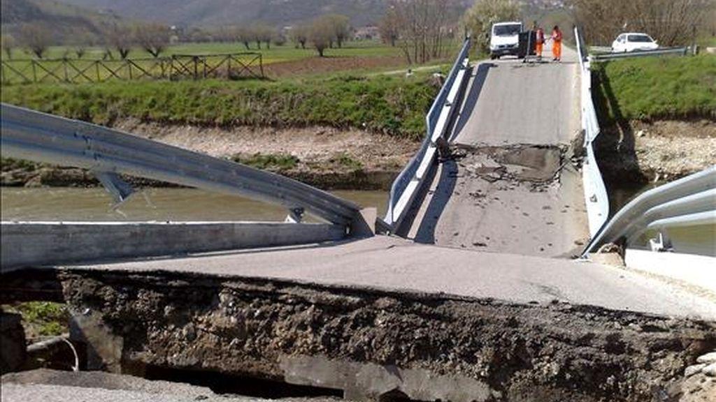 El puente de la carretera que lleva a Fossa, cerca de L'Aquila, tras quedar totalmente destruido durante el terremoto que ha asolado a esta región de Italia. EFE